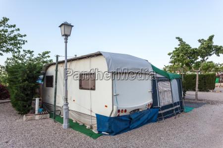 wohnwagen auf einem campingplatz