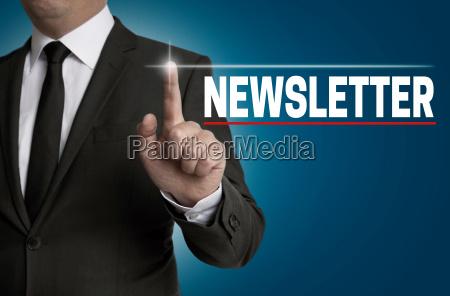 newsletter touchscreen wird von geschaeftsmann bedient