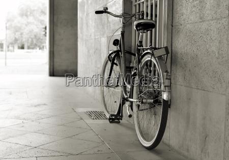ein verlassenes fahrrad an einer hauswand