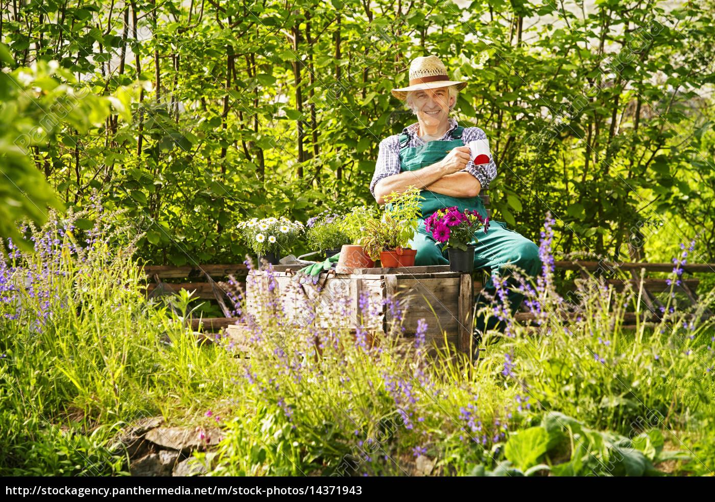Garten Gärtner Strohhut Pflanzen Sitzen Kaffe Trinken Lizenzfreies