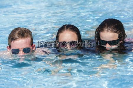 jugendliche pool spass