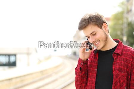 individuo adolescente que invita al telefono