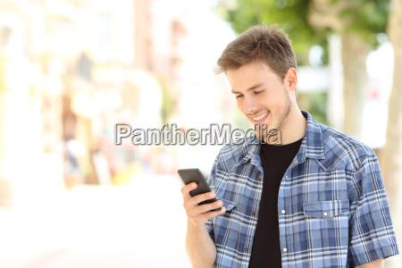 casual junge mann mit einem smartphone