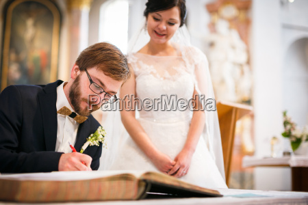 groom signing the contract of his