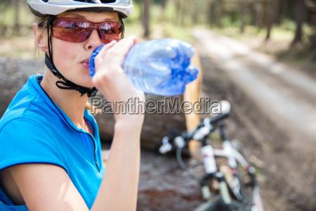 huebsche junge bikerin im freien auf