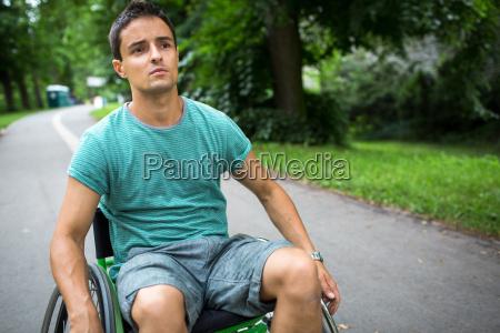 junger mann in einem rollstuhl