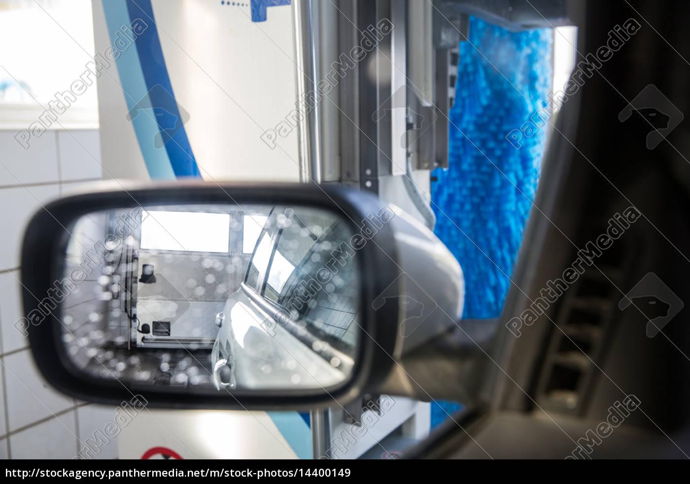 auto in einer waschanlage - blick aus dem inneren des - Lizenzfreies ...