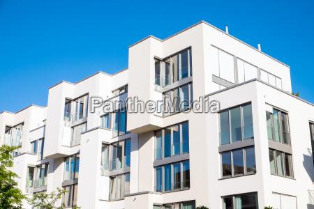 weisse moderne wohnanlage in berlin