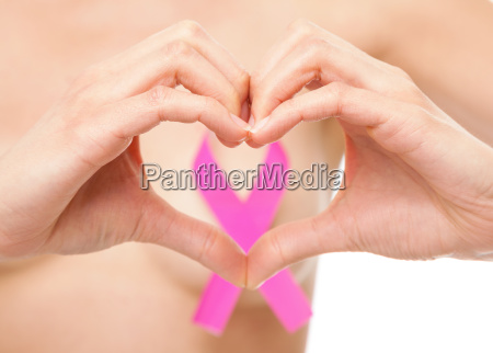 frau mit einem bewusstseinsband brustkrebs