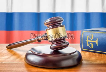 richterhammer und gesetzbuch russland