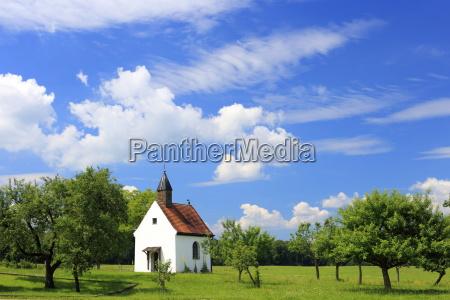 kleine kapelle im sommer