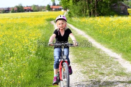 maedchen auf dem fahrrad