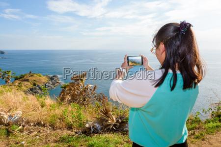 frau die foto mit dem smartphone