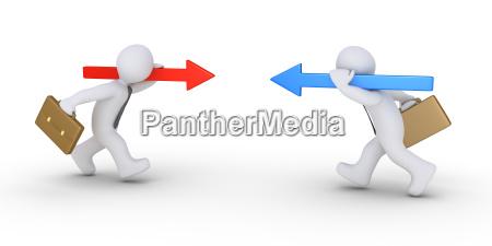 zwei geschaeftsleute mit verschiedenen pfeile laufen