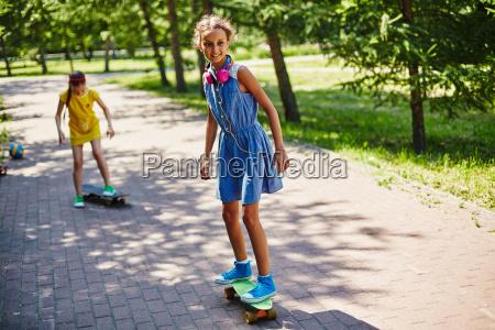 maedchen auf skateboard