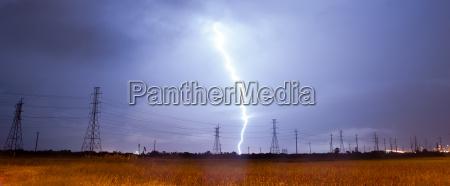 elektrischer sturm gewitter blitz ueber stromleitungen