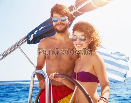freudiges paar das segelboot faehrt