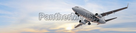 modernes passagierflugzeug im flug panorama