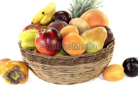 obstkorb mit verschiedenen bunten fruechten