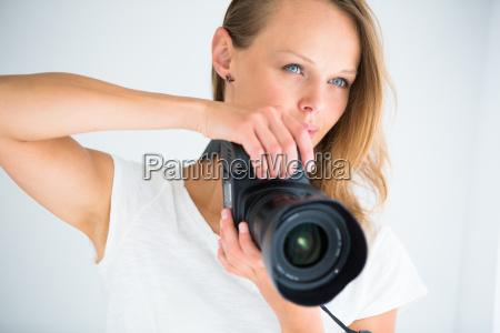 huebsch weiblicher fotograf mit digitalkamera