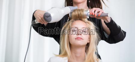 huebsche junge frau die ihr haar