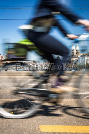 zuercher stadtbild mit bewegung verschwommener stadtverkehr