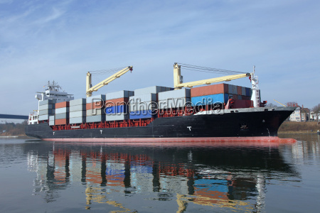 beladenes containerschiff auf dem nord ostsee
