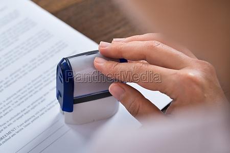 personellen haende mit stamper und dokument