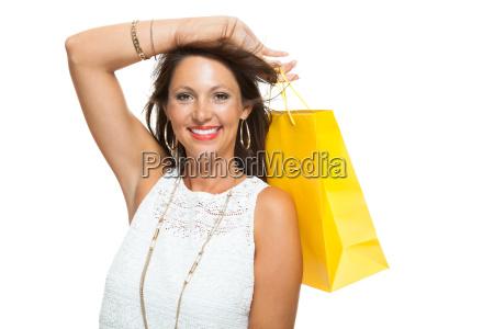 junge stylische frau mit bunten einkaufstaschen