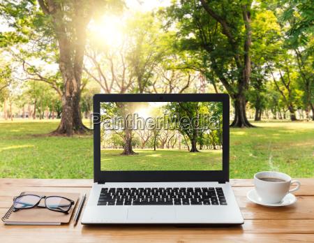 laptop computer und kaffee auf holz