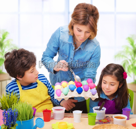 glueckliche familie ostereier malen