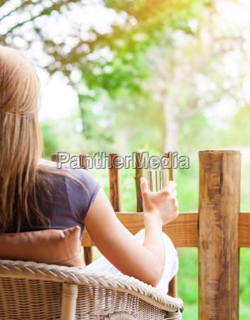 ruhige frau im freien zu entspannen