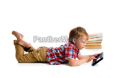 ninyo pequenyo con tablet pc y