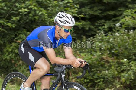 triathlet beim radfahren maennlich