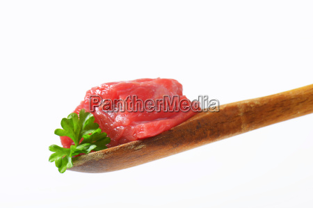 raw rindfleisch auf holzloeffel