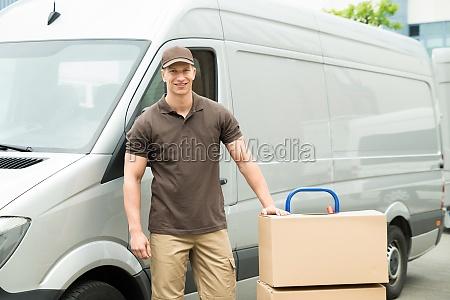 lieferung mann mit karton auf trolley