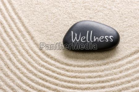 schwarzer stein mit der aufschrift wellness