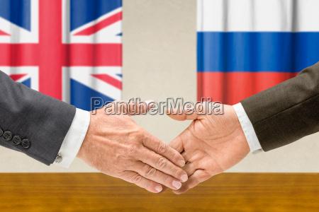 vertreter grossbritanniens und russlands reichen sich