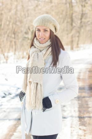 laecheln schoene junge frau winter portrait