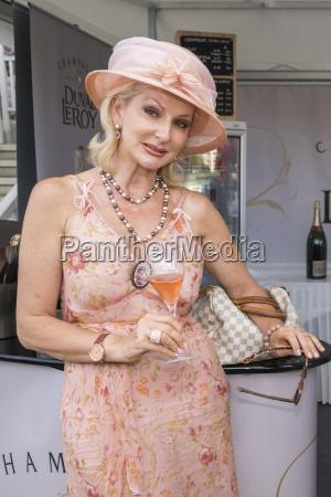 desiree nick mit einen champagner glas