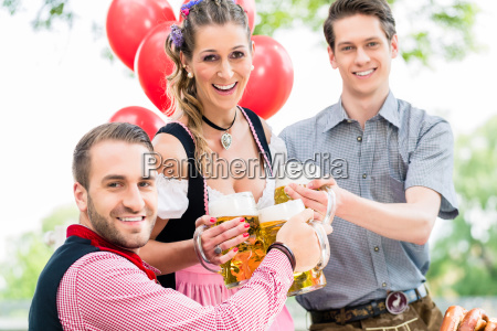 drei freunde in muenchner biergarten