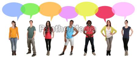 multikulturell junge leute gruppe reden mit