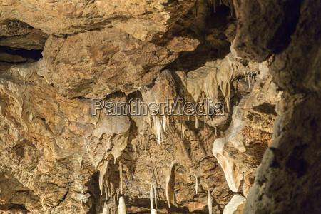stalaktiten und stalagmiten in der hoehle
