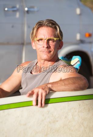 nette surfer mit surfboard
