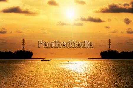 silhouette hochspannungs strompylon bei sonnenuntergang ueber
