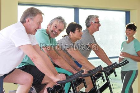 gruppe von senioren mit spinning raeder