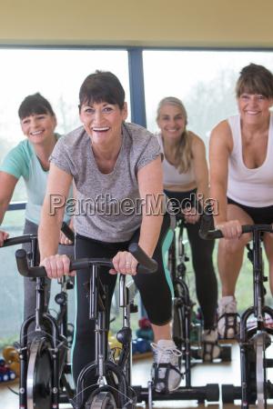 senior frauen mit spinning bikes