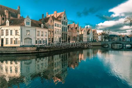 bruegge kanal spiegelrei belgien
