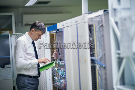 netzwerktechniker die in server raum