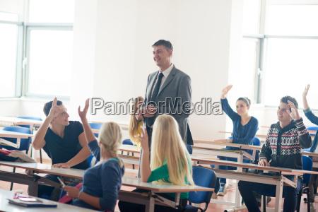 schuelergruppe mit lehrerin im unterricht